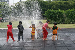 Kids-in-fountain
